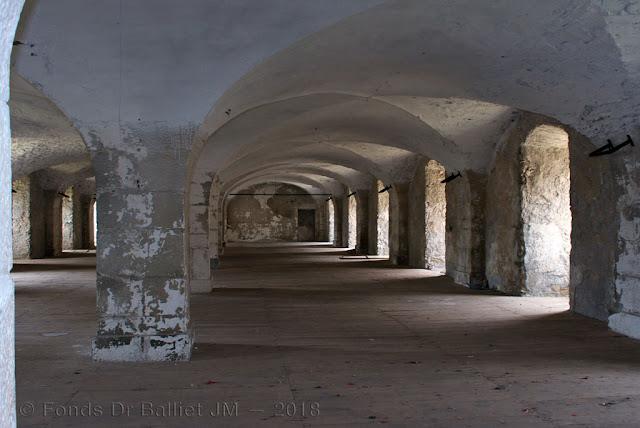 Place de Briançon — Caserne du fort des Têtes… étage supérieur illustrant parfatement un type de construction « à l'épreuve »