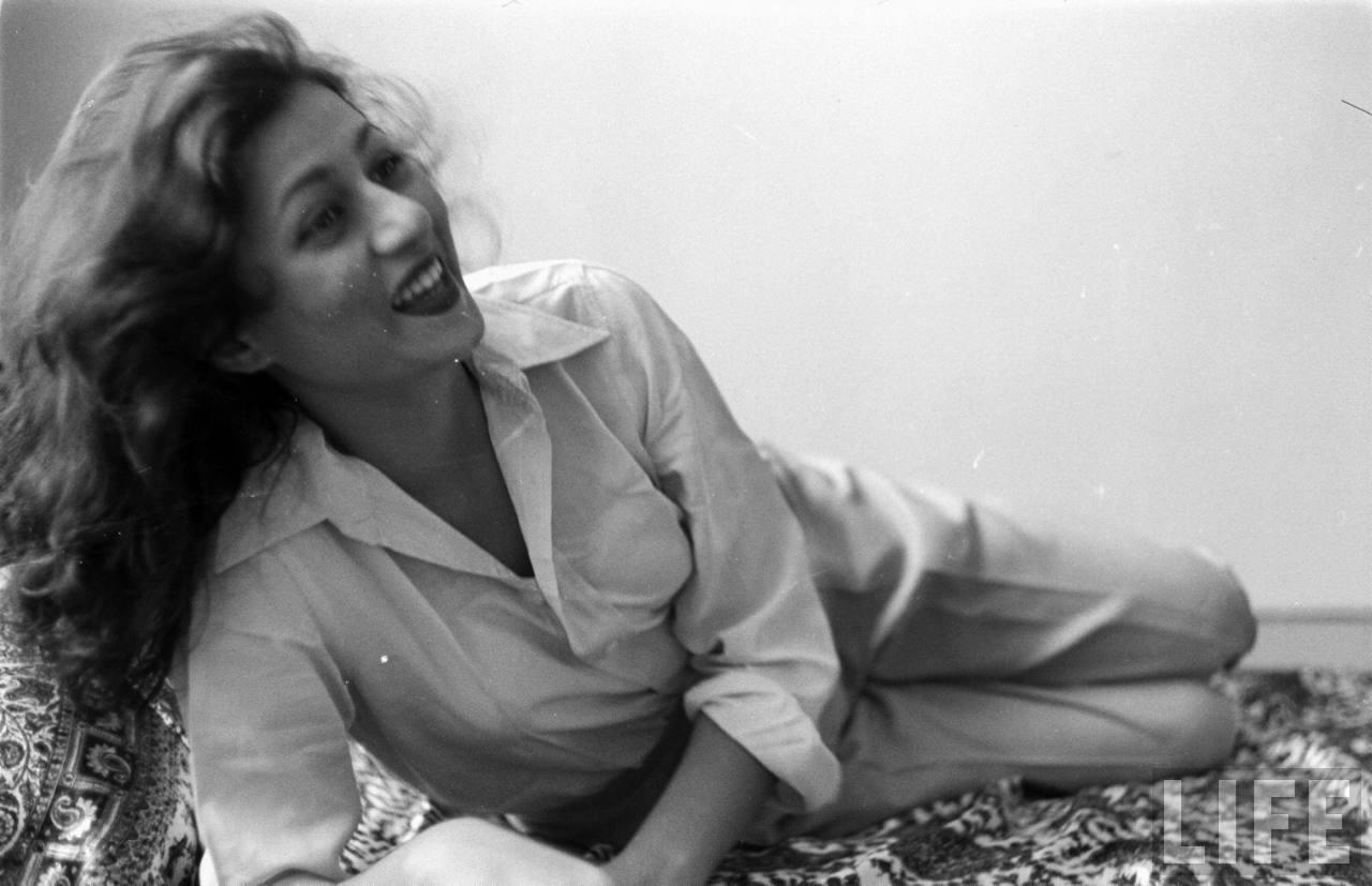 Hindi Movie Actress Madhubala In Her Room - Photographed -4450