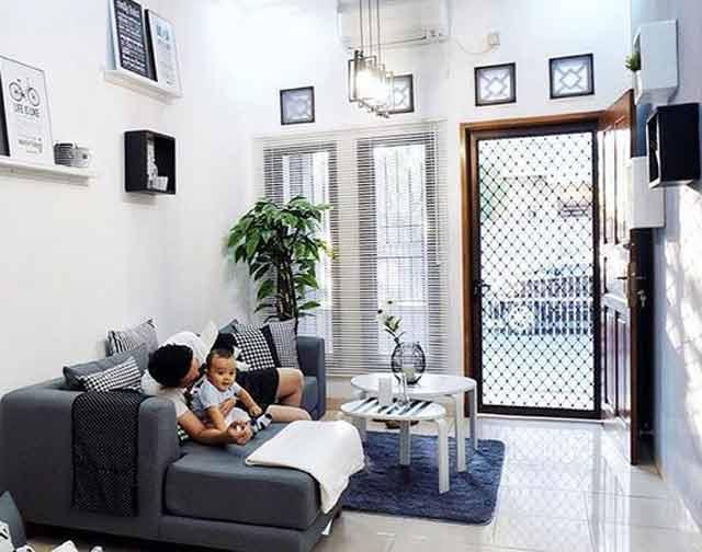 Desain ruang tamu rumah tipe 36 yang nyaman harus memainkan warna dan ketinggian flavon. Kejelian memilih dan mengatur komposisi furniture sangat menentukan untuk menciptakan ruang kecil terasa luas dan nyaman dipandang.