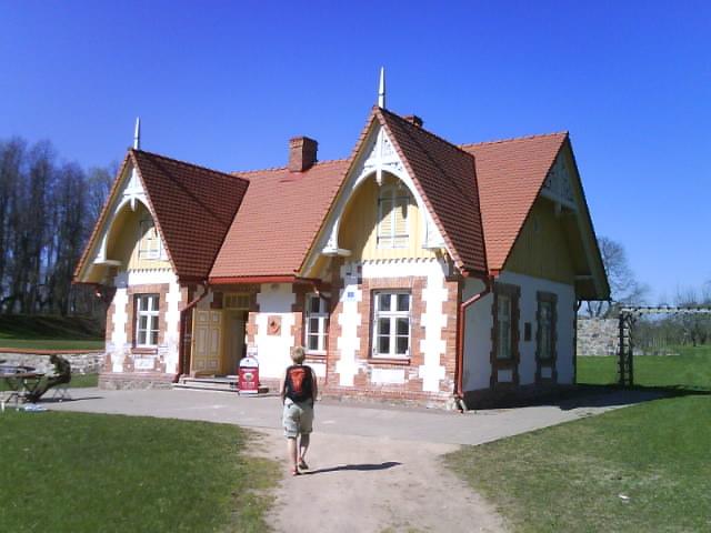 366c9be76a0 Ja maja on kärnerimaja, kuulub samasse mõisakompleksi, mis 5 eelmistki  pilti. Njaa... kunagi elasid saksad uhkelt, praegu on kärnerimaja kõige  edevam.