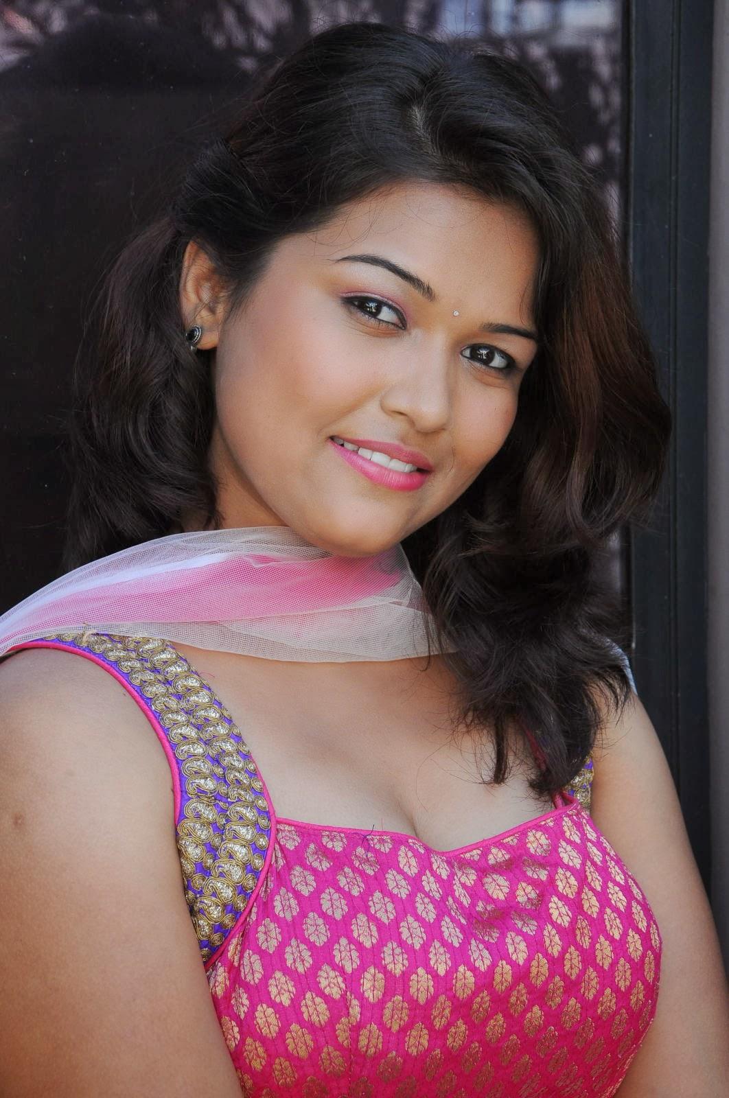 Pooja Latest Hot Cleavage Show Photos - Hot Blog Photos-1360