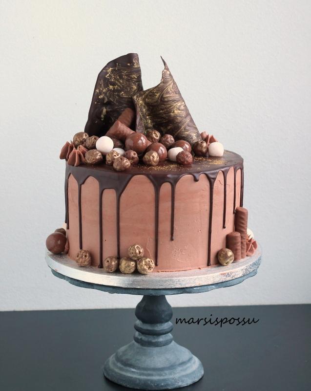 Suklaapurjein koristeltu synttärikakku