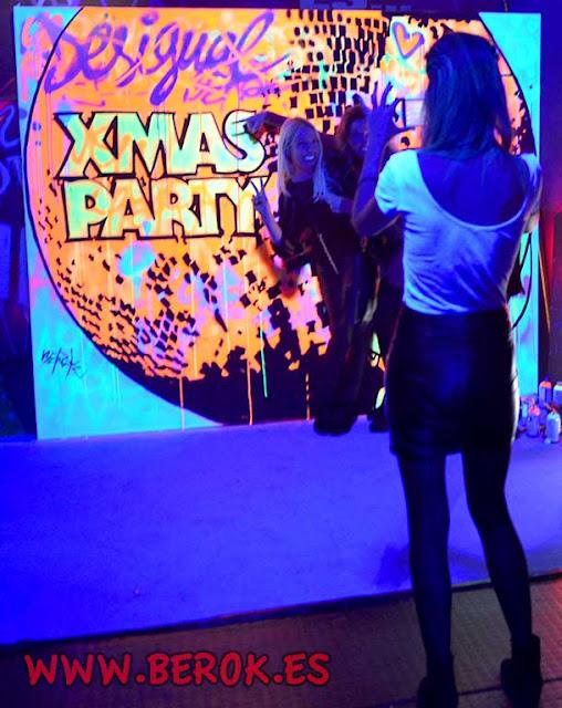 Graffitis con luz ultravioleta en la discoteca para fotos y selfies