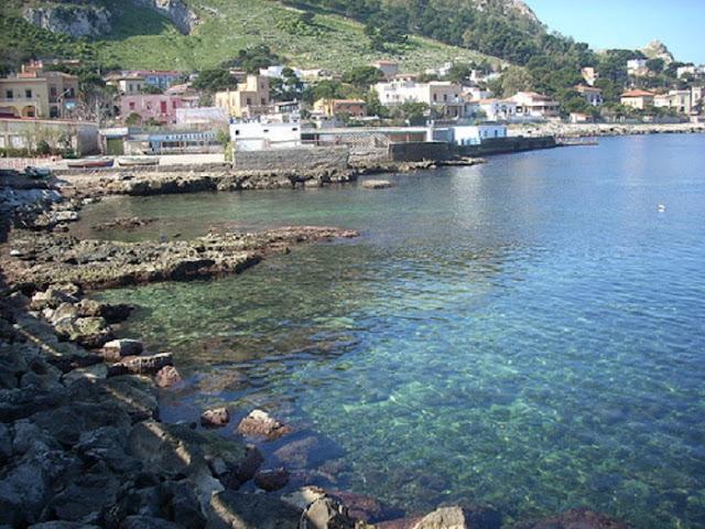 Praia de Sferracavallo no sul da Itália