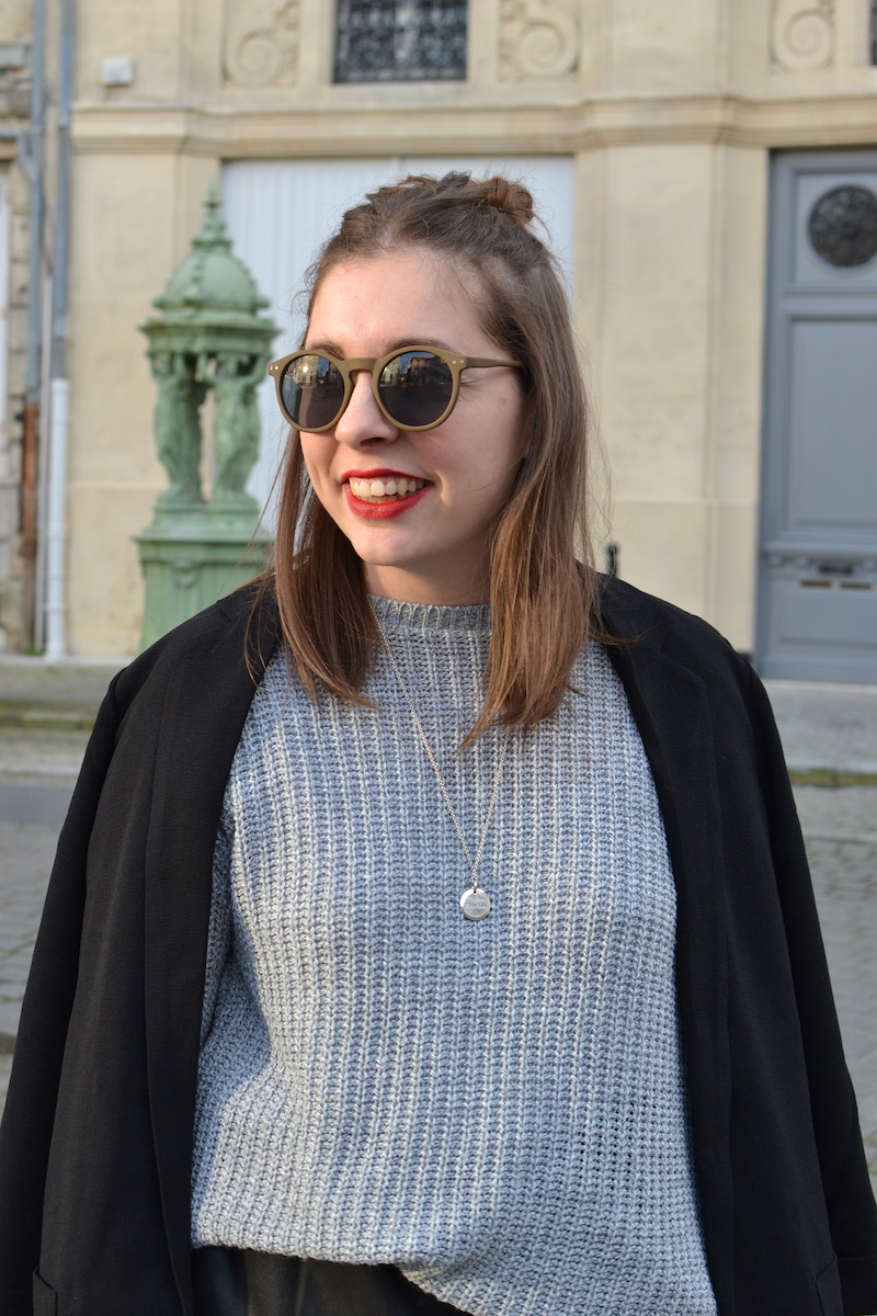 blazer noir Pimkie, pull gris Missguided, jupe simili cuir Zara, lunette de soleil ronde kaki Asos