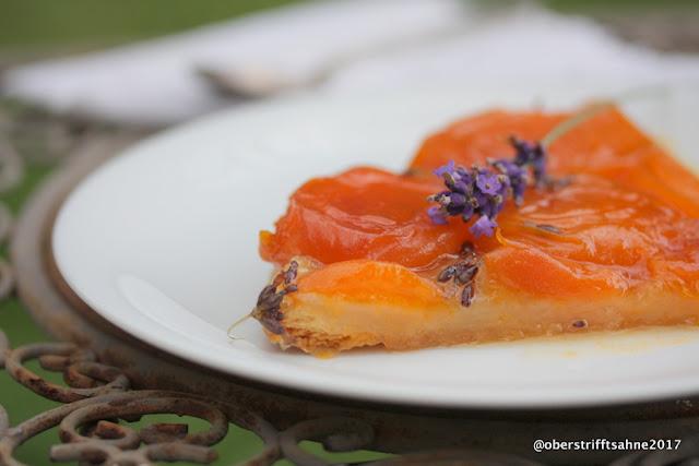 Tarte Tatin mit Aprikosen und Lavendel auf Blätterteig