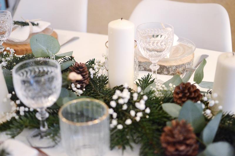 blougie blanche, feuille d'eucalyptus, pigne de pin et gypsophile, branche de sapin, verre H&M Home et verre Villeroy et boch