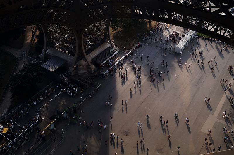 Blick vom Eiffelturm auf den Platz darunter // View from the Eiffel Tower under it