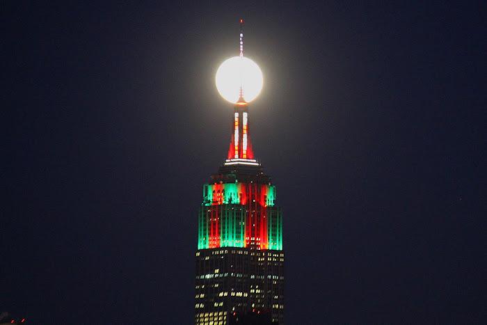 Mặt Trăng tỏa sáng rực rỡ trên đỉnh của Tòa nhà Empire State của New York, Hoa Kỳ. Hình ảnh: Alexander Krivenyshev.