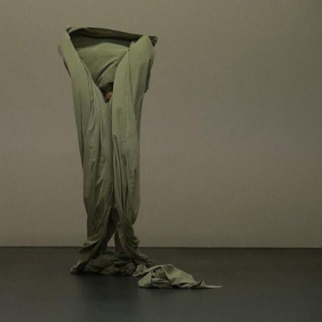 Der Bau, Koreografi karya Isabelle Schad dan Laurent Goldring-teraSeni.com