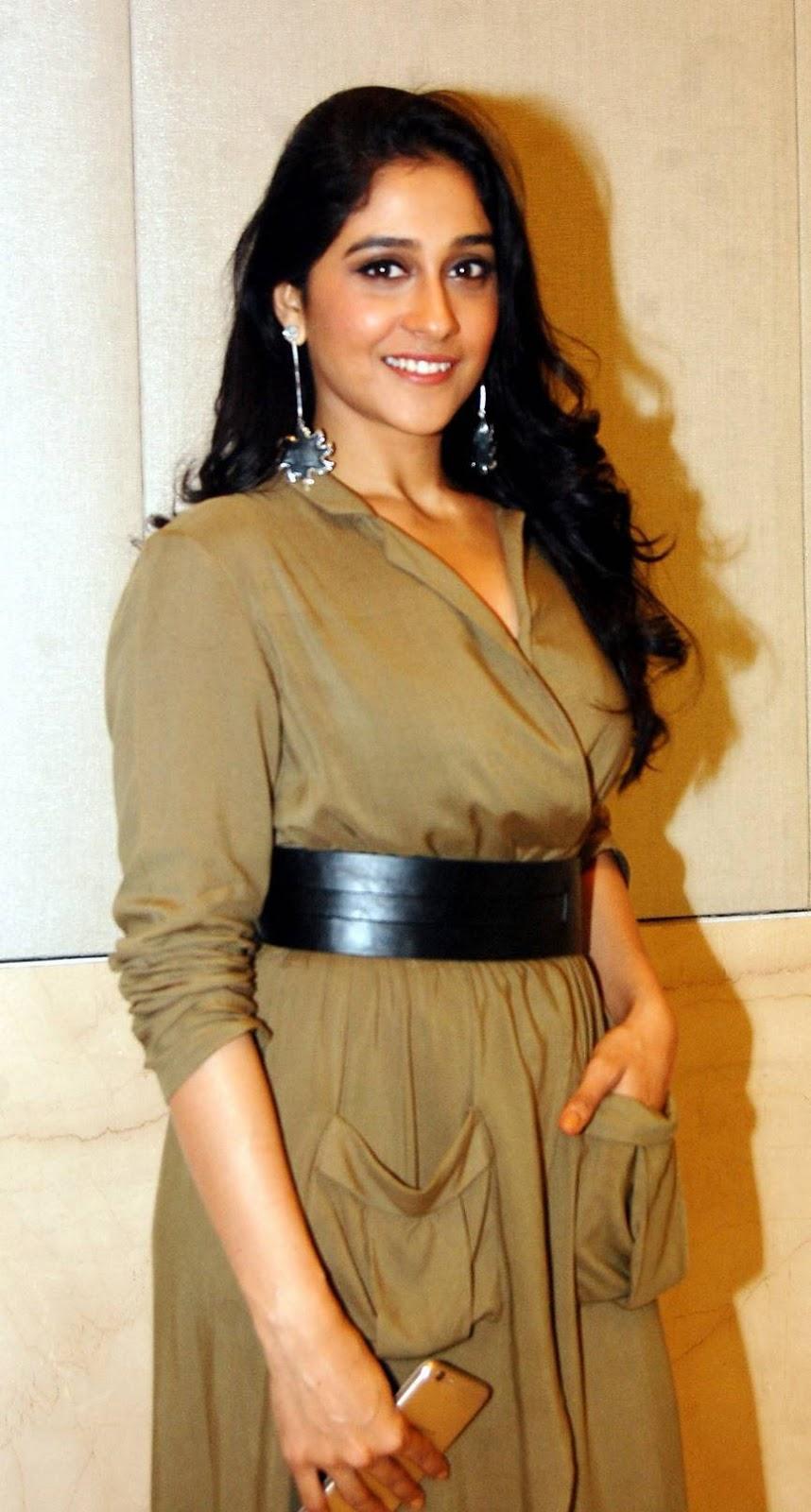 Regina Cassandra Smiling Stills At Mobile Shop Launch