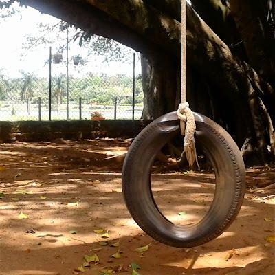 O pneu careca transformado em balanço: modo rudimentar de converter o uso de um artefato.