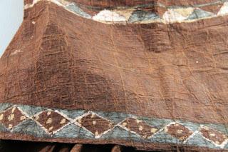 Baju ini terbuat dari kulit kayu