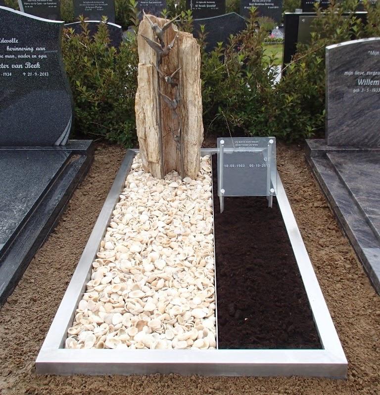 grafsteen versteend hout, grafmonument versteend hout