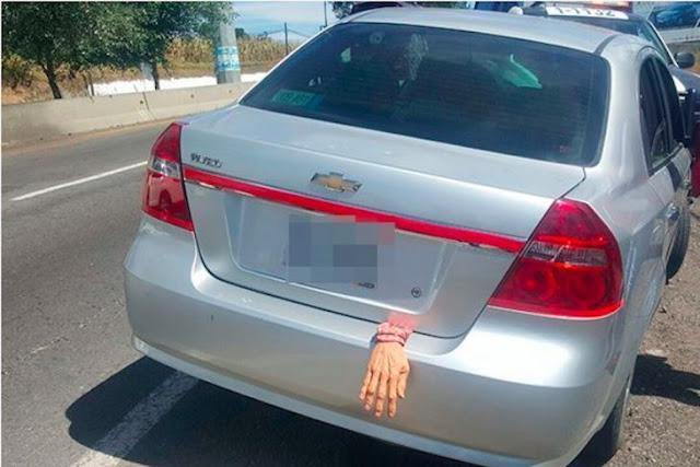 Mexicano decora su auto de Halloween; la policía lo persigue