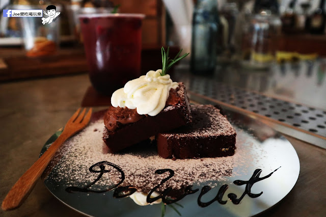 IMG 4786 - 【新竹美食】弄點咖啡COFFEE BAR -位於大遠百巷弄間的老屋咖啡廳,來這裡可以享受都市間的寧靜,甜點、飲品擺盤做工都非常的講究,價格也相當親民!