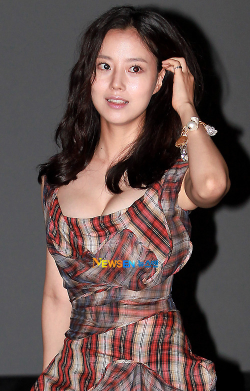 Moon Chae Won (문채원) attending the dialogue session with the fans, press and audiences for the film War of the Arrows (최종병기 활) and The Princess' Man (KBS 공주의 남자) in 2011.