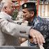 رئيس الوزراء العراقي يخضع للتفتيش عند مركز إقتراع