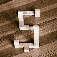 Takozlardan yapılmış Ş harfi