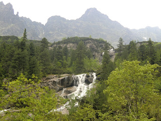 Cascada subiendo a Czarny Staw en Zakopane, Polonia