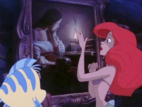 Ariel con el cuadro Magdalena con llama humeante, del pintor Georges de la Tour, en La sirenita - Cine de Escritor