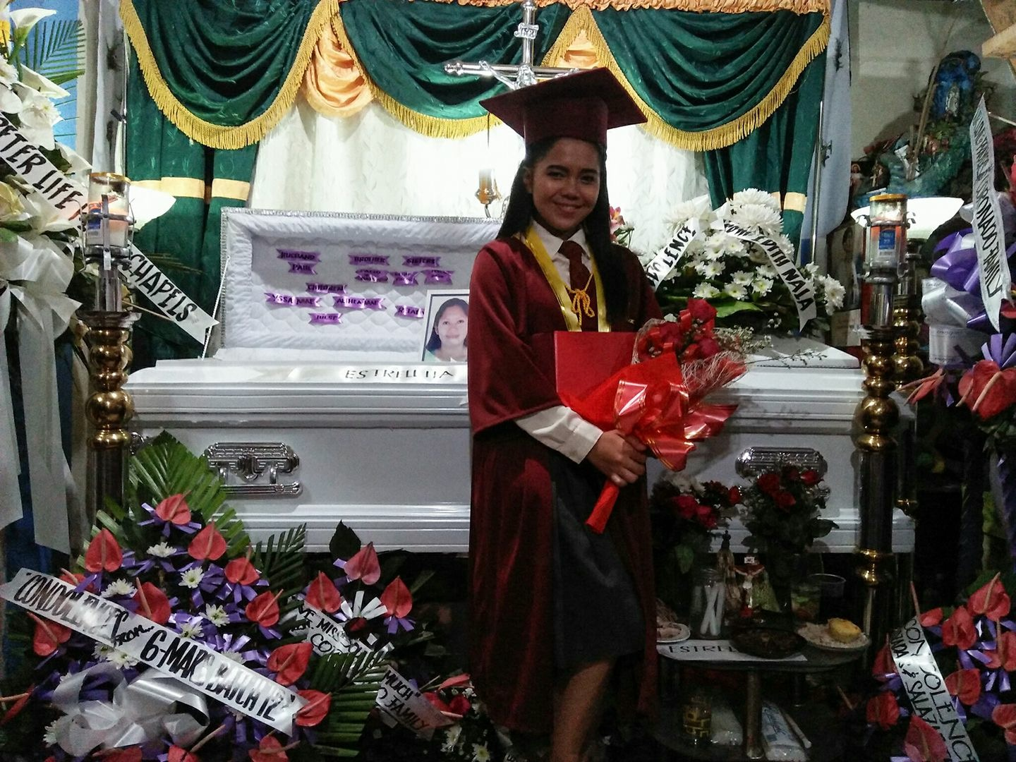 """Graduate na ako, ma"" Graduate poses next to her mother's casket"