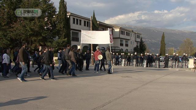 Ιωάννινα: Έντονες αποδοκιμασίες κατά του Υπουργού Παιδείας (ΦΩΤΟ&ΒΙΝΤΕΟ)