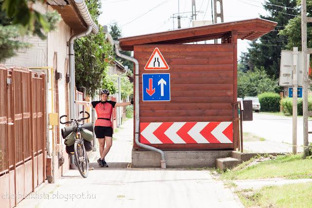Szegvári bicikliút szűkület és buszmegálló