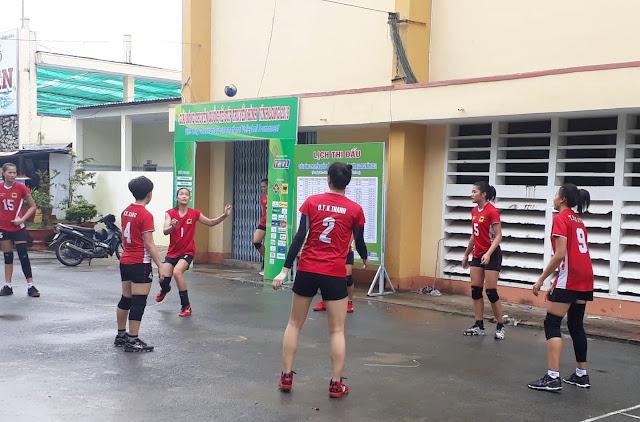 Các nữ cầu thủ trẻ Bình Điền Long An tập luyện đôi chân khéo léo
