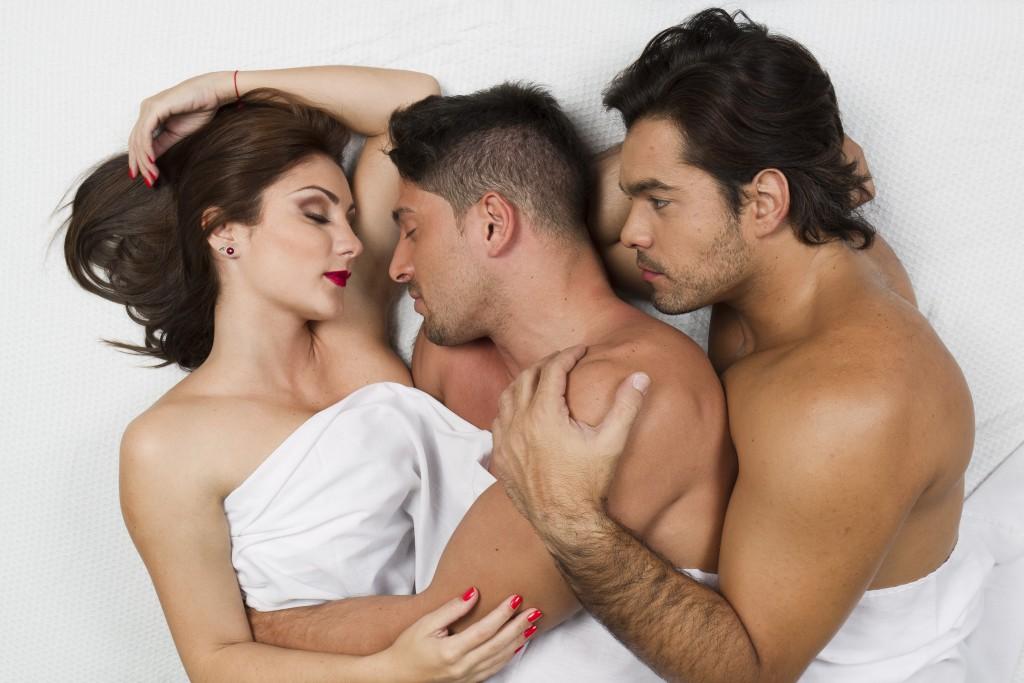Домашнее порно мужик ебет жену вместе с молоденькой телкой онлайн