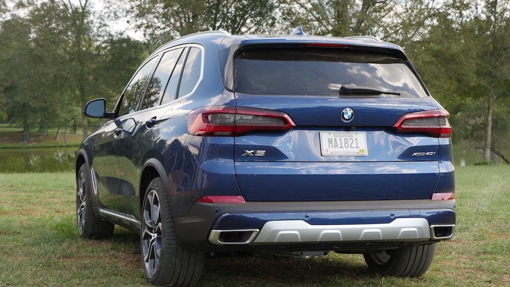cặp ống xả vuông đẹp hơn các đối thủ được trang bị tiêu chuẩn trên BMW X5 2019-2020