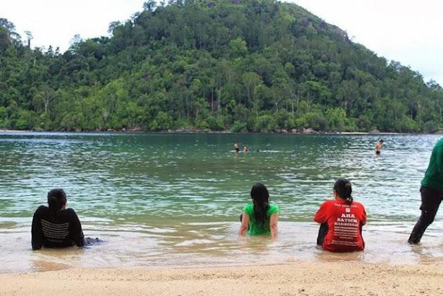 anda bisa menikmati pemandangan pantai pulau pasumpahan sumatera barat