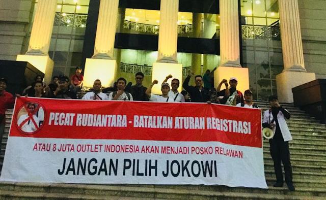 """Wah, Pedagang Pulsa Marah, Bentangkan Spanduk """"Jangan Pilih Jokowi"""""""
