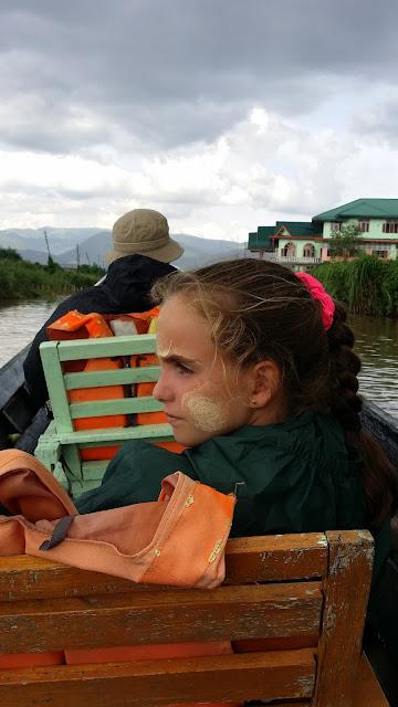 Macarena con thanaka en el lago Inle