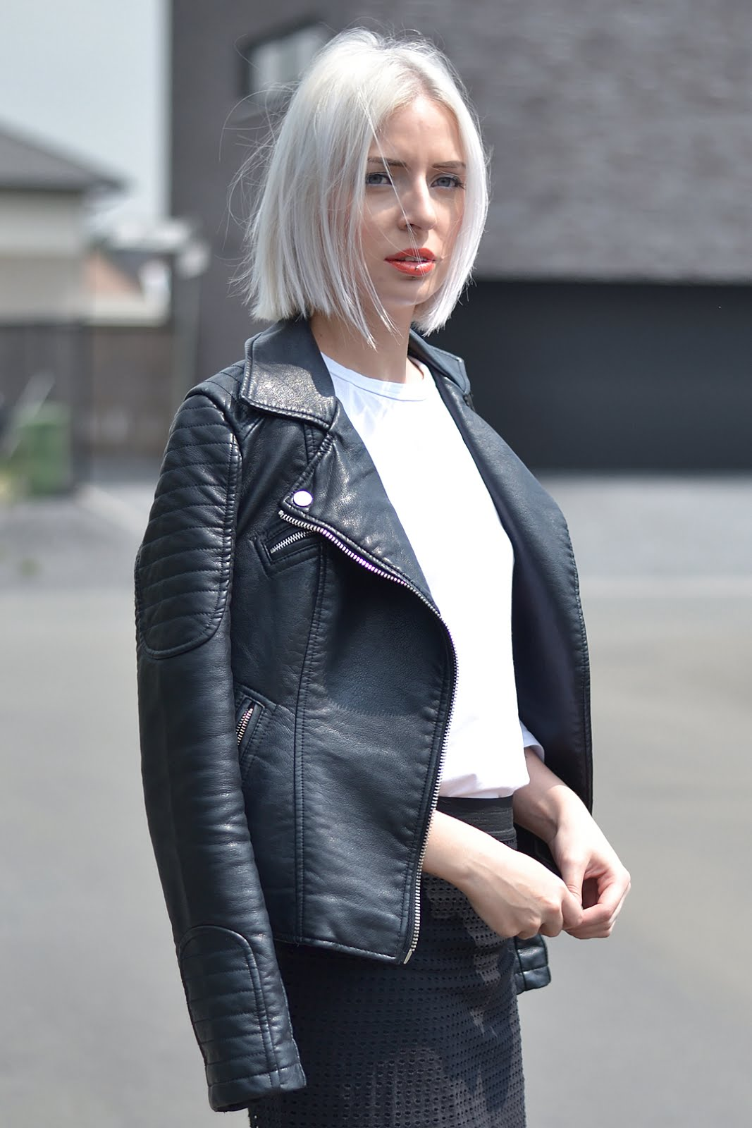 Leather jacket, black and white outfit, mesh skirt, dr martens boots, street style, belgian fashion blogger, belgische mode blogger