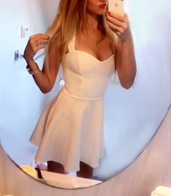 biała sukienka, czerwone buty