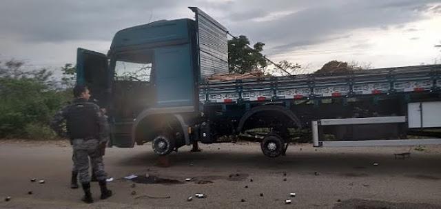 Criminosos sequestram caminhoneiros e roubam pneus do veículo