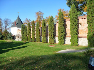 Крехів. Монастир св. Миколая. Вежа і оборонні мури XVII ст.