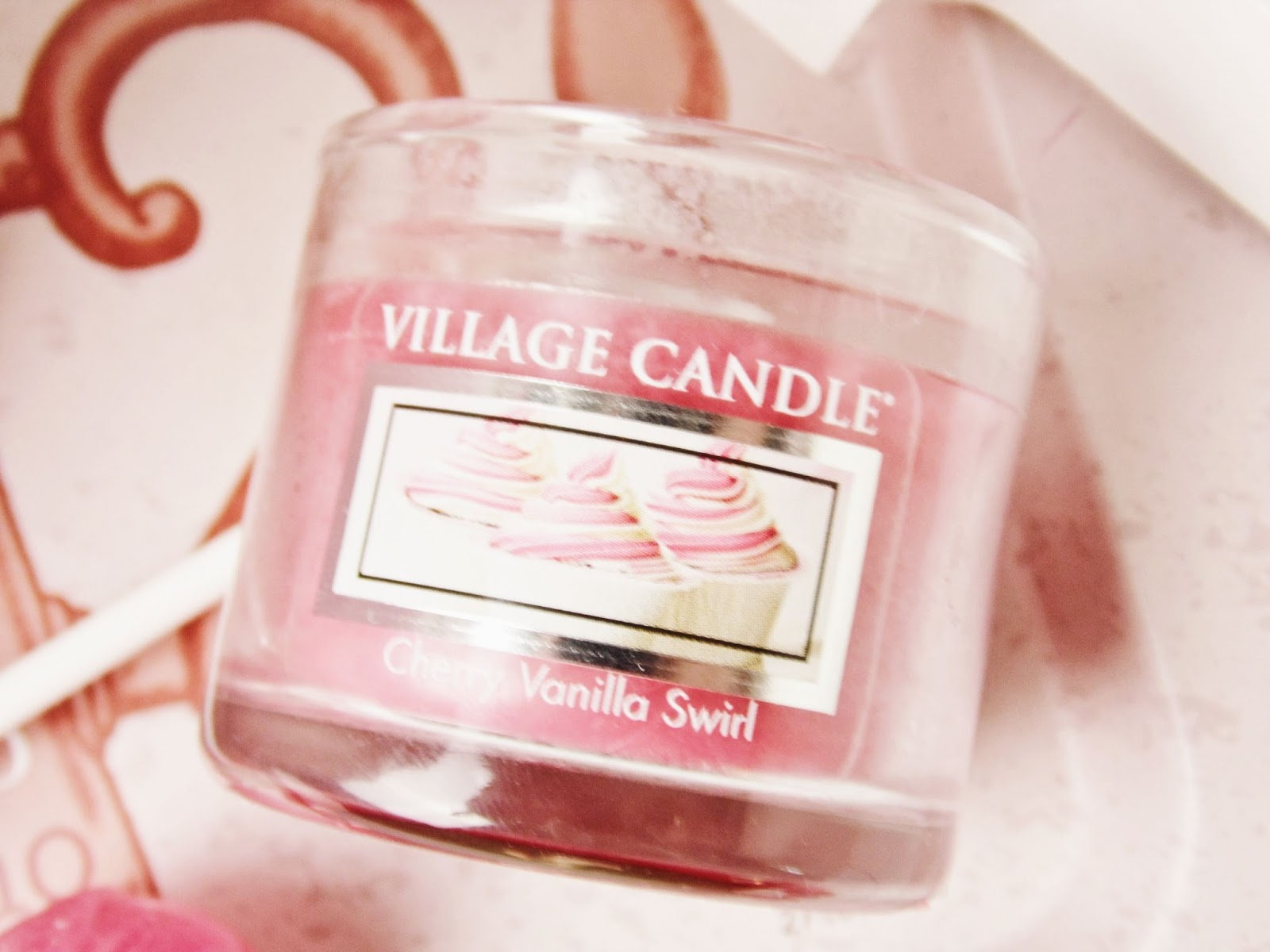 village candle cherry vanilla swirl recenzja