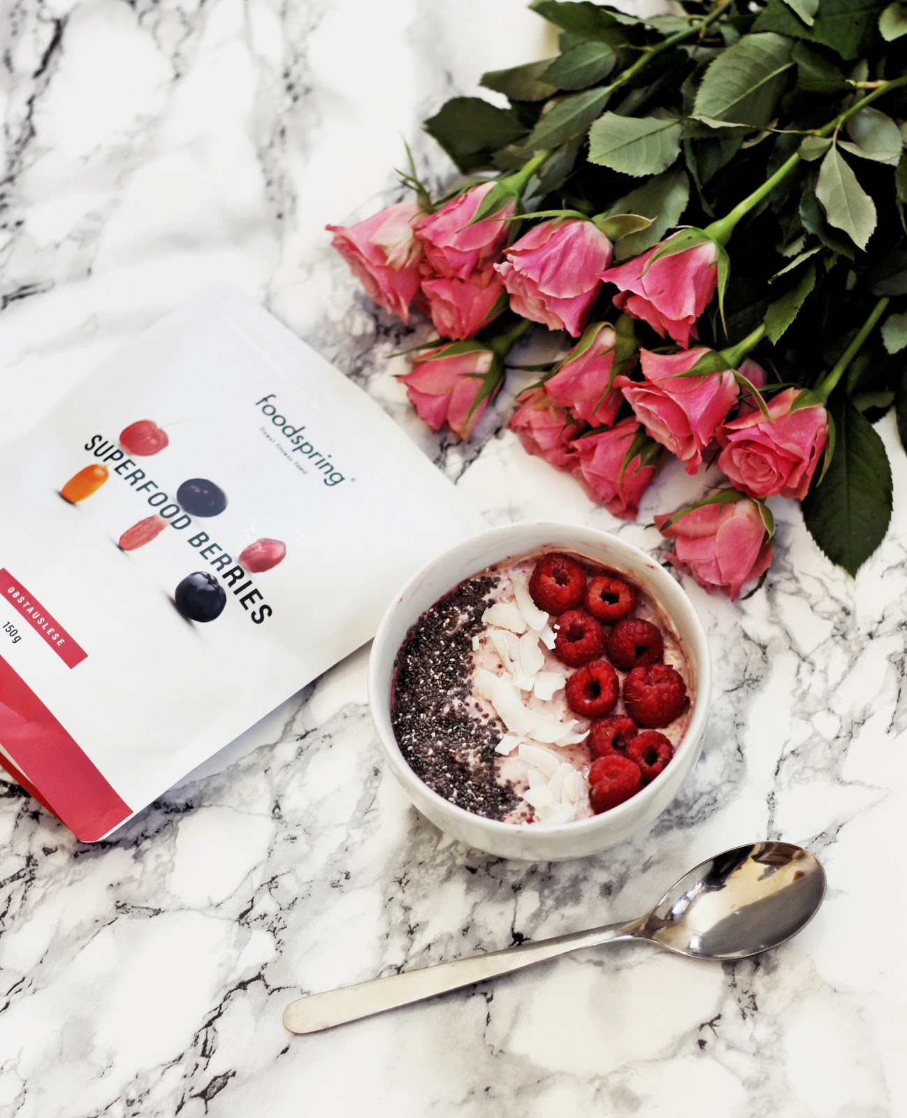 Superfood Frühstücksbowl mit Himbeeren, Chiasamen und Kokoschips, gesunde und leckere Frühstücksideen