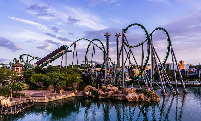 Trilhos da montanha-russa do Hulk em Orlando