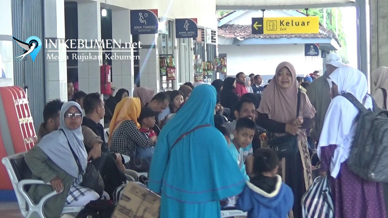 Libur Panjang Akhir Pekan, Ribuan Penumpang Padati Stasiun Kebumen