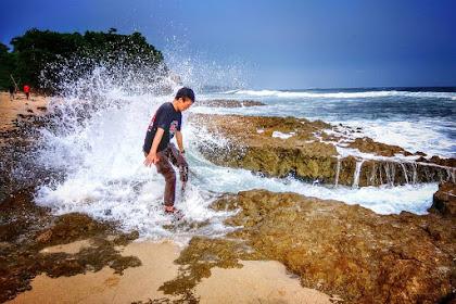 Pantai Jonggring Saloko Lokasi Rute Jalan dan Harga Tiket Masuk Terbaru
