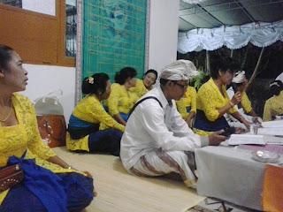 Kirthanam artinya melantunkan Tembang tembang suci/ kidung, wirama rohani