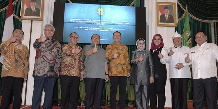 Foto bersama usai penandatanganan kesepakatan bersama tentang pelayanan Tera, Tera Ulang dan pengawasan Metrologi Legal.