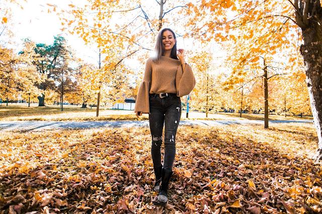 Sweterek w odcieniu nude oraz botki TARNEY  - Czytaj więcej