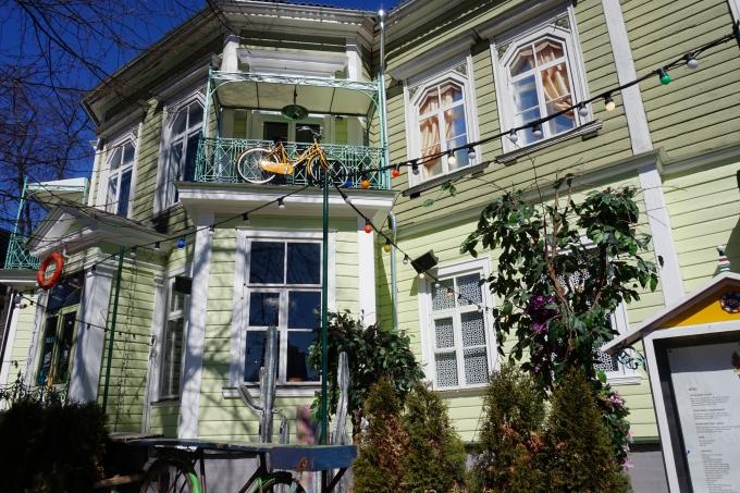 vihreä puutalo Tallinnassa, värikäs ravintola Manna La Roosa sopii lapsillekin
