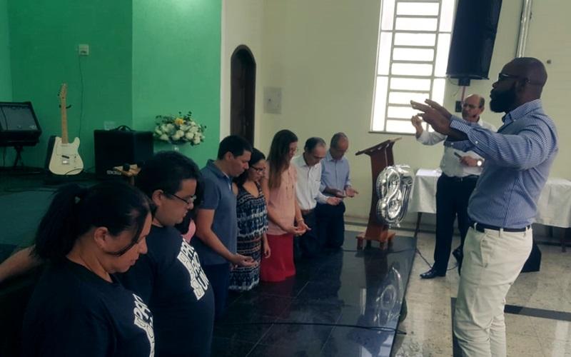 Momento em que o Pastor Luiz Carlos Trindade faz a oração abençoando a nova liderança da igreja local