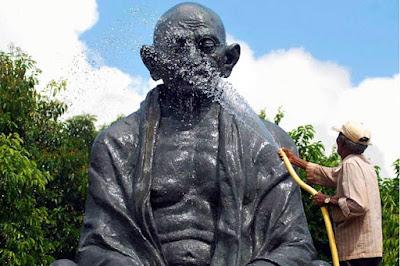 विदेश में हुआ महात्मा गांधी के प्रतिमा का विरोध