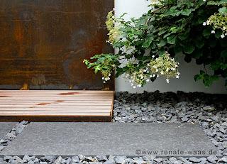 Materialauswahl für einen modernen Garten, Stahl, Granitplatten, Basaltschotter, Holzdeck, Gartenplaner, moderner Garten mit Stahl